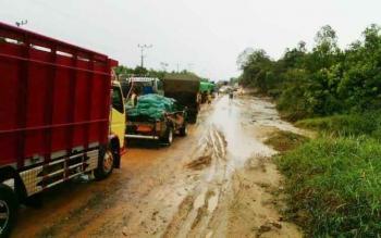 Antrean panjang kendaraan di Jalan Pangkalan Bun-Kotawaringin Lama, Rabu (25/10/2016). Karena diguyur hujan, jalan tersebut sulit dilalui di musim hujan seperti saat ini. BORNEONEWS/FAHRUDDIN FITRIYA