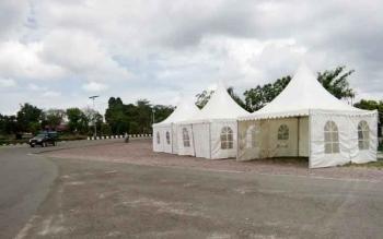 Tampak panitia saat menyiapkan sejumlah stand dan lapak-lapak untuk pameran pembangunan dari Pemkab maupun bagi pedagang, di sekitaran Bundaran Rusa, Rabu (26/10/2016). BORNEONEWS/HENDY NURFALAH