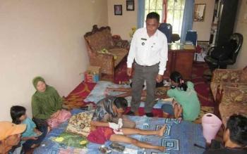 Kepala Desa Pelangsian Darmansyah menyaksikan proses khitan yang digelar pihaknya di kantor Desa setempat, Rabu (26/10/2016).