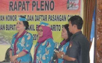 Komisioner KPU Barito Selatan (kiri) Sari Sahayani. BORNEONEWS/URIUTU DJAPER