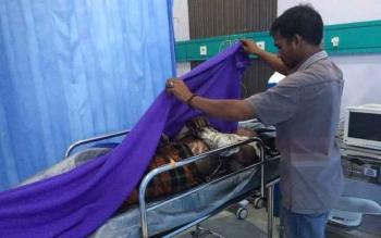 Asmadin (35) tewas tersengat listrik di atas bangunan ruko di jalan Kawitan, Pangkalan Bun Kamis (27/10/2016) sekitar pukul 11.00 WIB. Jenasah korban di ruang IGD Rumah Sakit Citra Husada. BORNEONEWS/CECEP HERDI