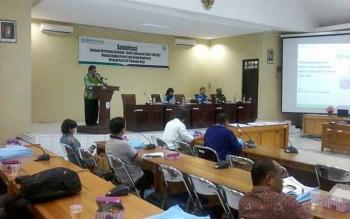 Asisten II Setda Katingan Ahmad Rubama mewakili Bupati Ahmad Yantenglie memberikan sambutan pada sosialisasi Jaminan Kesehatan Nasional-Kartu Indonesia Sehat (JKN-KIS) di Aula Bappeda Katinga, Kamis (27/10/2016). BORNEONEWS/ABDUL GOFUR