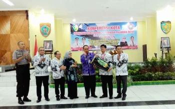 Wakil Wali Kota Palangka Raya, Mofit Saptono Subagio memukul Katambung tanda dimulainya Konferensi PGRI Kota Palangka Raya yang digelar di Gedung Palampang Tarung, Kamis (27/10/2016).