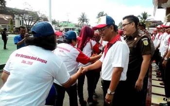 Sekda Barito Utara, H Jainal Abidin MAP melepas peserta Ikrar Bersama Anak Bangsa ke Palangka Raya, Kamis (27/10) di halaman kantor bupati setempat. BORNEONEWS/PPOST/AGUS SIDIK