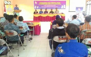 Kabid KB dan KR pada BPPKB Kotim Wiyono, memberikan arahan pada acara sosialisasi Pusat Informasi Konseling Remaja kepada siswa SMP/MTs, SMK/SMA di Kecamatan Cempaga, Kamis (27/10/2016). BORNEONEWS/RAFIUDIN