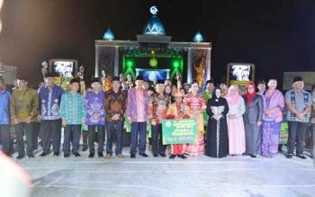 Bupati Kapuas Ir Ben Brahim S Bahat menyerahkan Piala Bergilir kepada Wakil Walikota Palangka Raya Dr Ir Mofit Saptono dimana Kota Palangka Raya sebagai Juara Umum Satu.