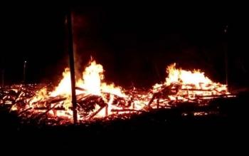 Terlihat api masih menyala walaupun bangunan rumah milik korban sudah hampir hangus. Hal itu terjadi karena tidak ada pemadam kebakaran di daerah tersebut.