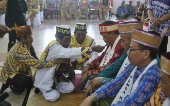 Tampak mantir adau damang adat Dayak Lamandau sedang menjalankan ritual pada proses penganugrahan gelar adat kepada Bupati, Ketua DPRD, Waket DPRD, Sekda dan sejumlah tokoh lainnya, beberapa waktu lalu. BORNEONEWS/HENDI NURFALAH