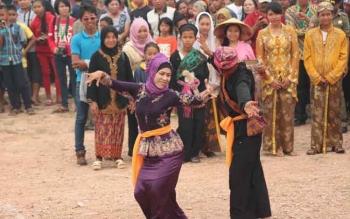 Salah satu atraksi seni jaipong dari warga Lamandau etnis sunda, saat karnaval Festival Babukung tahun 2015. BORNEONEWS/HENDI NURFALAH
