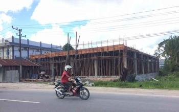Bangunan milik Borneo Supermarket di jalan Kawitan yang memakan korban jiwa pekerja bangunan yang tewas tersengat listrik pada Kamis (27/10/2016). Bangunan tersebut dibuat tanpa mengantongi Izin Mendirikan Bangunan (IMB). BORNEONEWS/CECEP HERDI