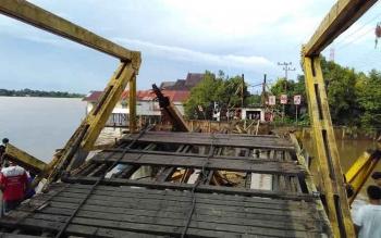 Jembatan Cukai setelah diruntuhkan. BORNEONEWS/JAMES DONNY