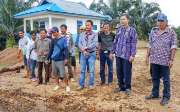 Warga menunggu kedatangan Gubernur Kalteng bersama rombongan yang akan menggelar sidak di PT Susantri Permai, Rabu (26/10/2016). BORNEONEWS/RONI SAHALA