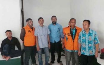 Ahmad Wahid Efendi (memakai kopiah tengah berjanggut) seorang debt collector yang dipolisikan oleh Perusahaan pembiayaan PT Adira. BORNEONEWS/KOKO SULISTYO