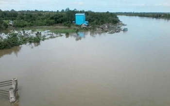Sungai Katingan sekitar Jembatan Kasongan mulai meluap ke pemukiman warga akibat curah hujan yang tinggi akhir-akhir ini. Pemilik keramba, Jumat (28/10/2016), di Sungai Katingan khawatir kerambanya jebol. BORNEONEWS/ABDUL GOFUR