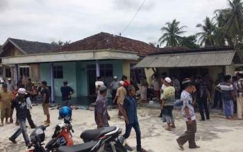 Situasi di kediaman korban tewas tersengat listrik, Asmadin (35) di jalan H Maid Badir Pangkalan Bun, Kamis (27/10/2016) sesaat sebelum korban di semayamkan.