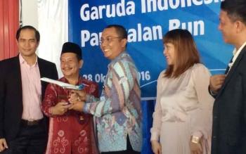 Pimpinan Gerai Counter Garuda Indonesia Pangkalan Bun, Burmalis Ilyas bersama istri, Mimi (dua kanan), Jumat (28/10/2016). Garuda akan buka rute Pangkalan Bun-Jakarta. BORNEONEWS/CECEP HERDI
