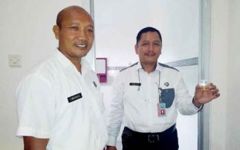 Kepala BNN Kalteng Kombes Pol Sumirat Dwiyanto didampingi Kepala BNN Pangkalan Bun, Kabupaten Kotawaringin Barat AKBP I Wayan Korna menunjukan urine, baru-baru ini. DOK BORNEONEWS
