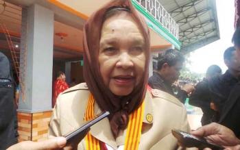 Nenek Hj Masyuni AR tengah berpakaian Pramuka hadir dalam pembukaan Raimuna dan Hari Pramuka ke 55 di Kapuas. BORNEONEWS/SRI HAYATI