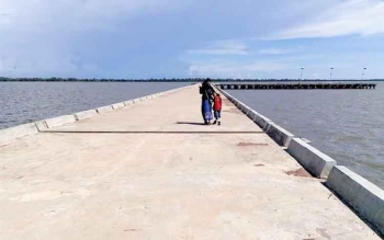 Pelabuhan laut Batanjung yang ada di Kecamatan Kapuas Kuala, Kabupaten Kapuas, yang saat ini pembangunannya sudah mencapai 70 persen menuju fungsional. BORNEONEWS/SRI HAYATI