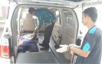 Dua petugas kamar mayat RSUD Sampit menangani jasad korban kecelakaan, beberapa waktu lalu. Sepanjang Oktober 2016, terjadi 22 kasus kecelakaan lalu lintas, empat orang tewas. BORNEONEWS/M. HAMIM