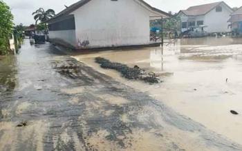 Kondisi debit air di sejumlah desa wilayah Kecamatan Banama Tingang Jumat (4/11/2016) sudah mulai surut. Aktivitas masyarakat perlahan namun pasti sudah mulai membaik seperti biasa. BORNEONEWS/INGKIT DJAPER
