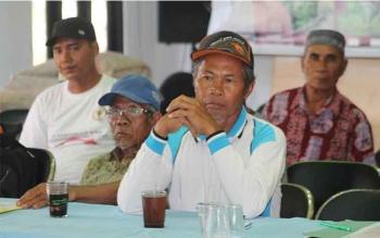 Beberapa orang petani padi asal Desa Pematang Limau Kecamatan Seruyan Hilir saat mengikuti kegiatan rapat pertemuan di aula kantor desa mereka membahas masalah pertanian, baru-baru ini. BORNEONEWS/PARNEN