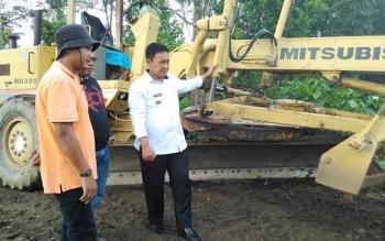 Bupati Pulang Pisau, H Edy Pratowo memantau proyek peningkatan jalan di Desa Mantaren II Kecamatan Kahayan Hilir. BORNEONEWS/JAMES DONNY