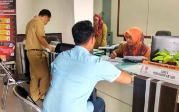 Salah satu warga di Kabupaten Kotawaringin Barat saat mengurus perizinan di KPTP setempat. BORNEONEWS/FAHRUDDIN FITRIYA
