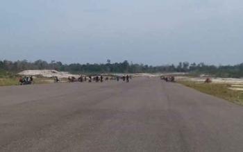 Landasan Bandara Udara Haji Muhammad Sidik di Desa Trinsing, dijadikan anak muda arena balap sepeda motor khususnya hari Sabtu dan Minggu sore, BORNEONEWS/AGUS SIDIK