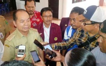 Bupati Kapuas, Ben Brahim S Bahat memberikan keterangan kepada pers, Senin (7/11/2016). BORNEONEWS/DJEMMY NAPOLEON