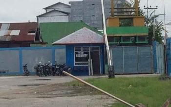 Nampak pos security di dekat pintu masuk kendaraan di Pelabuhan Panglima Utar Kumai. Di area itu biasa terjadi pungli kepada para sopir dan pemilik kendaraan yang masuk atau keluar pelabuhan. BORNEONEWS/CECEP HERDI