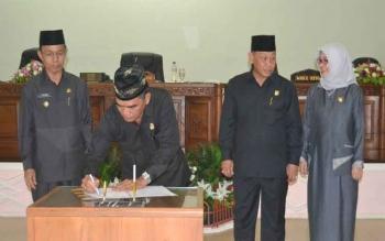 Bupati Barito Selatan, H Mugeni (kiri), dan pimpinan DPRD Barsel menandatangani persetujuan bersama Raperda Perangkat Daerah, di DPRD Barsel, Selasa (8/11/2016). BORNEONEWS/URIUTU DJAPER