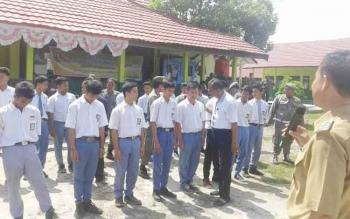Wakil Bupati Sakariyas yang juga Ketua BNK Katingan memberikan arahan terkait bahaya narkoba kepada siswa SMK Negeri 1 Kereng Pangi yang terjaring razia, Selasa (8/11/2016). BORNEONEWS/ISTIMEWA