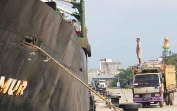 Aktifitas bongkar muat di salah satu pelabuhan yang ada di Sungai Mentaya. Saat ini pelabuhan diawasi oleh Bea Cukai, guna mencegah masuknya barang ilegal. DOK BORNEONEWS