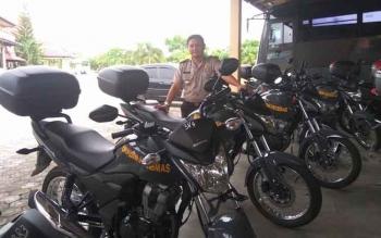 Wakapolres Sukamara, Kompol Rohmat Slamet saat menunjukkan bantuan kendaran roda dua yang diterima Polres Sukamara, baru-baru ini. BORNEONEWS/NORHASANAH.