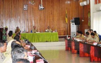 Rapat Evaluasi Adipura yang dipimpin Bupati Kapuas, Ben Brahim S Bahat, di Aula Bappeda Kapuas, Senin (7/11/2016). Bupati bilagn, Adipura harus dihadapi dengan action di lapangan. BORNEONEWS/DJEMMY NAPOLEON