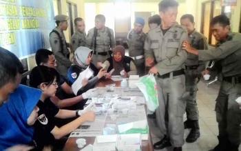 Badan Narkotika Kabupaten Kapuas bekerja sama dengan Sat Narkoba Polres Kapuas melakukan tes urine mendadak kepada 105 anggota Satpol PP. Sedikitnya 6 orang dinyatakan positif, Selasa (8/11/2016). BORNEONEWS/DJEMMY NAPOLEON