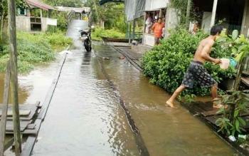 Kondisi air yang mulai membanjiri Desa Tumbang Nusa, Kecamatan Jabiren Raya. BORNEONEWS/JAMES DONNY