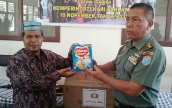Kasi Teritorial Korem 102/Pjg Letnan Kolonel Inf Efendi Mohtar memberikan bantuan, secara simbolis diterima pimpinan Panti Asuhan Raudatul Jannah, Ahmad Yasin, Selasa (8/11/2016). BORNEONEWS/BUDI YULIANTO