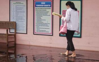 Kondisi banjir yang terjadi di sekolah di wilayah Mendawai, Komplek Sosial Palangka Raya tersebut, Selasa (8/11) pagi. Sekolah ini diliburkan selama 3 hari. FOTO: PPOST/SARIPUDIN
