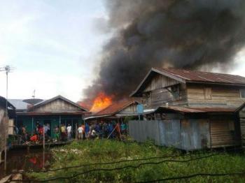 Permukiman warga di Gang Kebun Sayur, Rindang Banua terbakar, Rabu pagi ini (9/11/2016). BORNEONEWS/WAHYUDI HENDRA