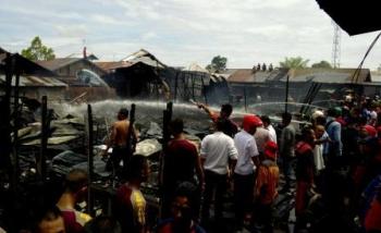 Kebakaran di Kompleks Puntut ini cepat bisa dipadamkan. Warga dengan mudah mendapatkan air, karena saat ini kawasan itu sedang banjir. BORNEONEWS/BUDI YULIANTO