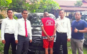 Kasat Reskrim Polres Katingan Iptu Farris Nur Sanjaya (dua dari kiri) bersama tiga anak buahnya mengapit tersangka Rd alias Guruh (tengah) lantaran menggelapkan mobil milik Hasbullah di Mapolres Katingan. ISTIMEWA