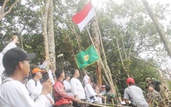Sejumlah anggota tim ekspedisi mencapai puncak Bukit Tantan Samatuan menancapkan bendera Merah Putih, Panji Kabupaten Gumas dan bendera kuning di puncak bukit, Sabtu (5/11/2016). BORNEONEWS/EPRA SENTOSA