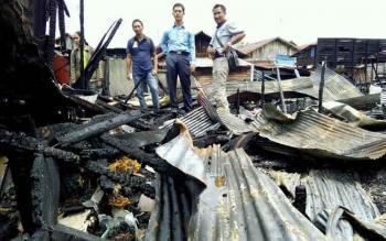 KEBAKARAN di Kompleks Rindang Banua, Gang Sayur, Palangka Raya menghanguskan 14 rumah warga. BORNEONEWS/BUDI YULIANTO