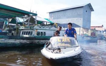 Polairut Kecamatan Jelai saat melakukan pemantauan atau patroli untuk memanstikan keamanan di wilayah peraian Kabupaten Sukamara bebas dari ilegal fishing. BORNEONEWS/NORHASANAH