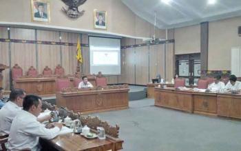 Baleg DPRD Kotim mulai membahas tiga Raperda, yakni tentang Perangkat Daerah, BPD, dan pembentukan BUMD, di ruang rapat paripurna DPRD Kotim, Rabu (9/11/2016). BORNEONEWS/RIFQI