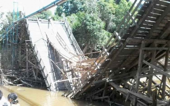 Jembatan Sei Benao, di Kecamatan Lahei Barat, Barito Utara, roboh, Selasa (8/11/2016). Jembatan berkonstruksi kayu ulin itu, runtuh setelah abrasi di musim hujan. BORNEONEWS/RAMADANI