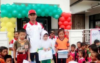Pimpinan Bank Kalteng Capem Patas Muhammad Rifai foto bersama dengan para juara tingkat SD dan lomba menggambar dan mewarnai di Desa Patas I Kecamatan GBA.