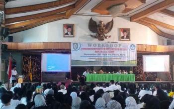 Kepala Dinas Pendidikan Kotim Suparmadi memberikan sambutan pada pembukaan workshop penilaian dan penulisan rapor kurikulum 2013 untuk SMP/MTS se Kotawaringin Timur di Gedung Serbaguna Sampit, Rabu (9/11/2016).BORNEONEWS/RAFIUDIN